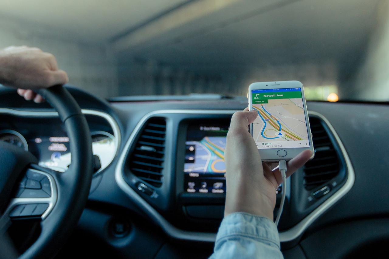 Quel chargeur ou porte-téléphone puis-je installer dans ma voiture?